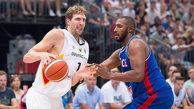 Nowitzki y Diaw, durante un partido amistoso previo al Eurobasket