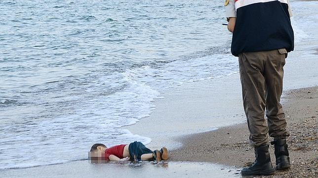 Un guardacostas turco, ante el cadaver del niño sirio que trataba de alcanzar con su familia la isla de Kos