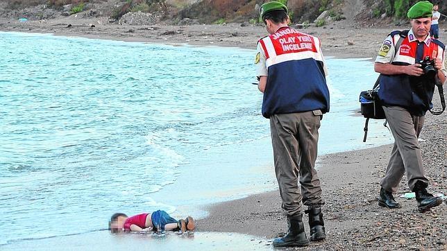 El pequeño Aylan Kurdi, antes de que su cuerpo fuera rescatado por los gendarmes turcos
