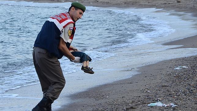 Un policía tarslada con ternura el cadáver del niño Aylan, de solo 3 años, encontrado muerto en la playa turca de Ali Hoca Burnu