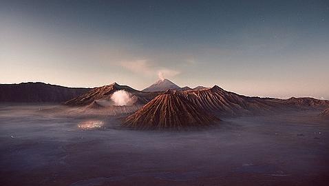 Así es el extraordinario volcán que escupe lava azul