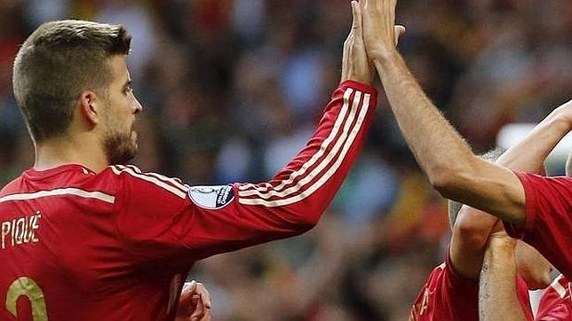 Piqué, celebrando un gol con sus compañeros