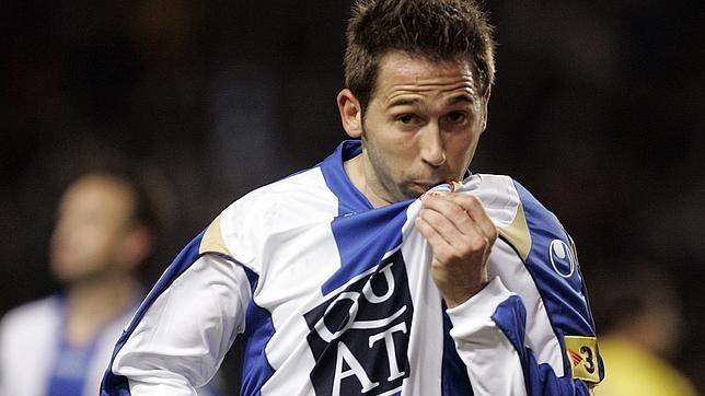 Tamudo besa el escudo del Espanyol