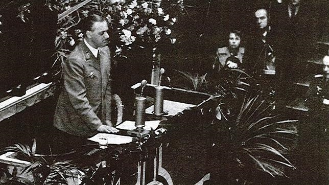 Alfred Rosenberg en la Asamblea Nacional francesa en 1940