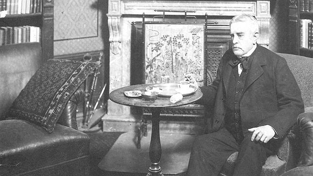 Juan Valera, en su domicilio, en una foto de 1895