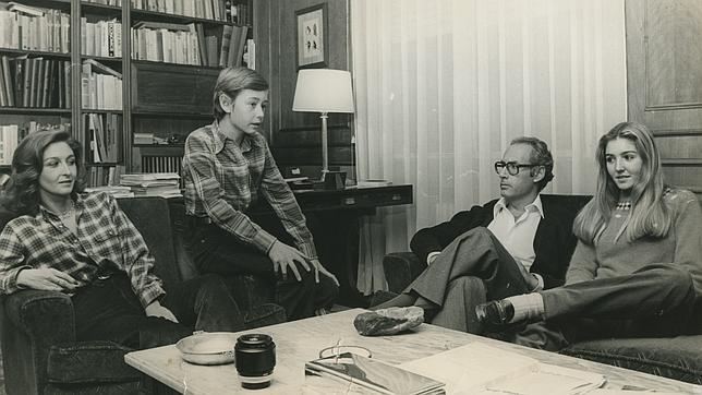 En 1980 Miguel Boyer y Elena Arnedo posaron en su casa de Madrid con sus hijos