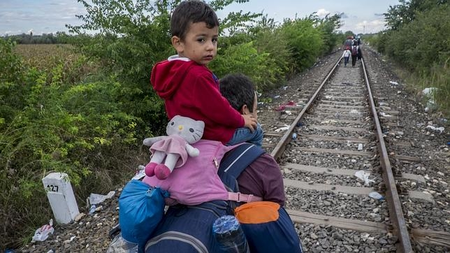 Cientos de refugiados siguen llegando a Hungría desde Serbia mientras el Gobierno de Budapest cierra la frontera con una valla