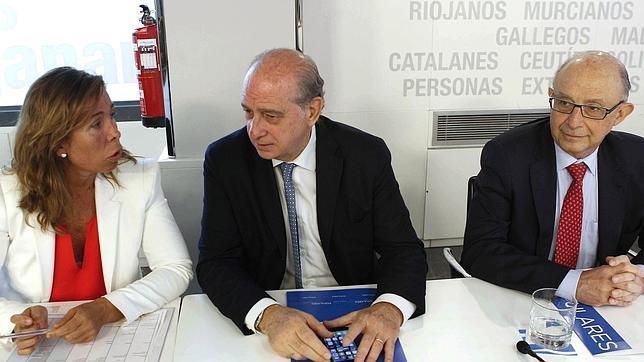 Alicia Sánchez-Camacho, junto a los ministros Fernández Díaz (centro) y Montoro