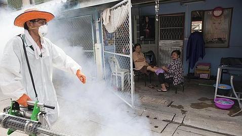 Un trabajador fumiga en las calles de Bangkok para repeler al mosquito portador que transmite el dengue