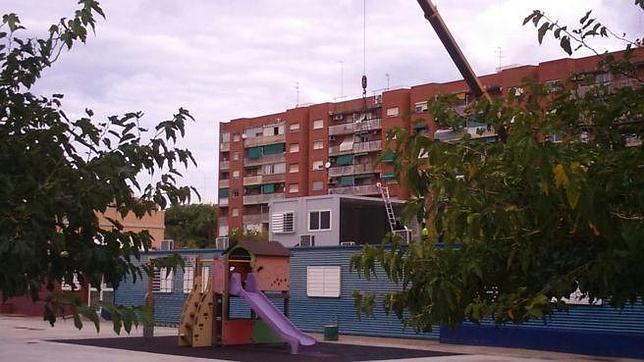 Imagen de la instalación del barracón a doble altura en el colegio público valenciano