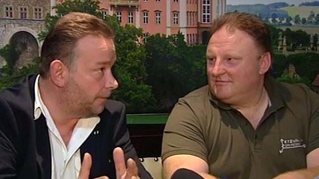 Foto de los dos cazatesoros del tren de Polonia