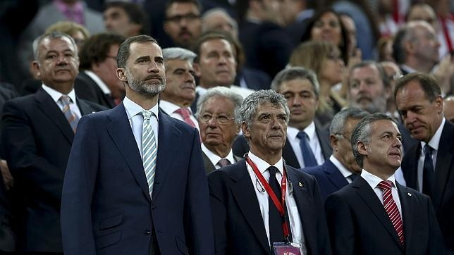 El Rey, junto al presidente de la Federación Española de Fútbol, Ángel María Villa, y el lehendakari Íñigo Urkullu