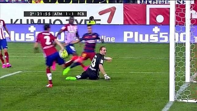 Diego Godín debió ser expulsado por evitar un gol con la mano ante el Barcelona