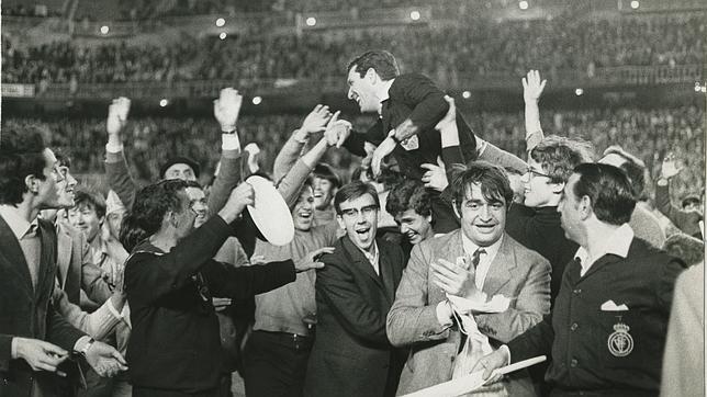Ortiz de Mendíbil, sacado a hombros del Bernabéu en la final de la Copa de Europa de 1969