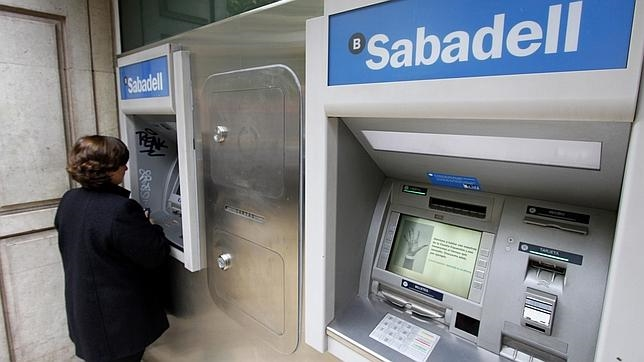 Competencia investiga si la banca pact las comisiones de for Comisiones cajeros