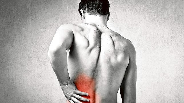 La lumbalgia se manifiesta con un dolor fuerte y punzante en la parte inferior de la espalda