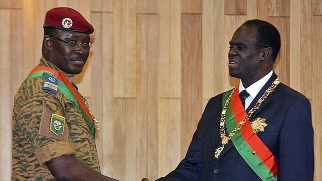 Fotografía de archivo del 18 de noviembre de 2014 que muestra al presidente de Burkina Faso, Michel Kafando (d), y al primer ministro, Isaac Zida, durante la investidura presidencial