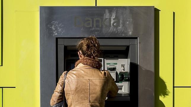 La banca discute c mo repartirse la nueva comisi n de los for Cajeros santander sevilla