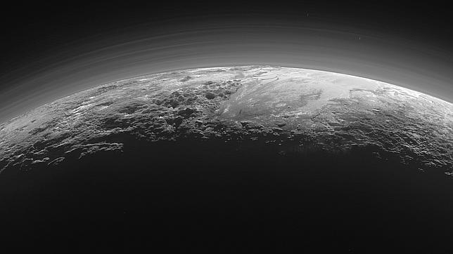 La NASA publica nuevas y desconcertantes imágenes del relieve de Plutón