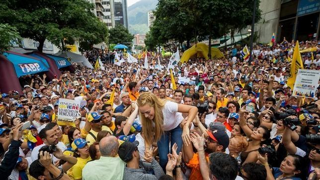Lilian Tintori, rodeada de miles de opositores