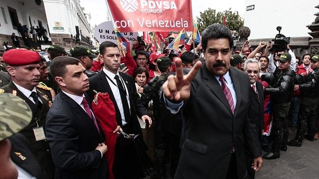 El presidente de Venezuela, Nicolás Maduro (c), saluda a su llegada a la catedral Metropolitana en Quito (Ecuador)