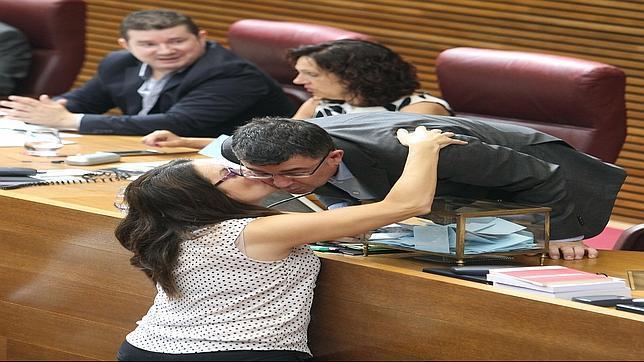 Mónica Oltra (Compromís) saluda a Enric Morera (Bloc) en las Cortes Valencianas