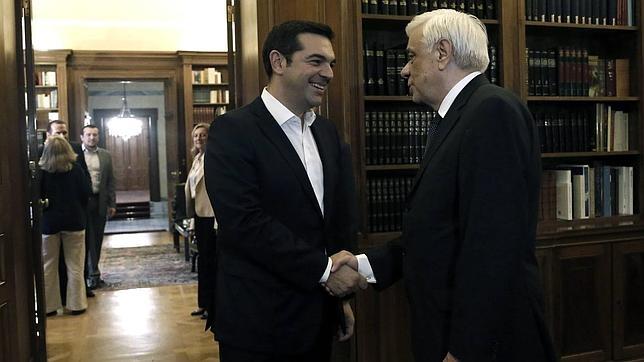 El líder izquierdista Alexis Tsipras (izda) se reúne con el presidente griego Prokopis Pavlopoulos