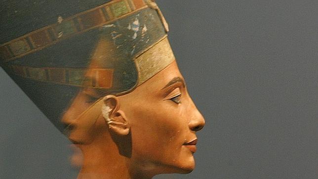 El busto de Nefertiti durante una exposición en el Altes Museum de Berlín