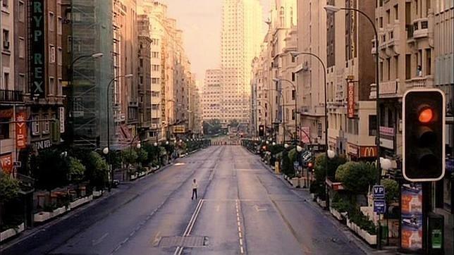 Escena de la Gran Vía, vacía, durante el rodaje de «Abre los ojos» en 1996