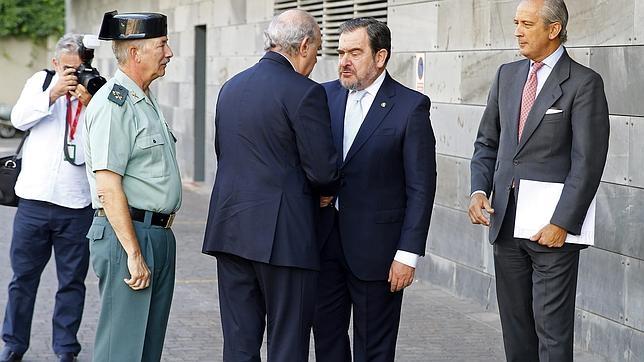 Jorge Fernández Díaz (2i), saluda al jefe del Servicio de Información de la Guardia Civil, Pedro Salas (2d)