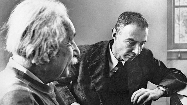 Albert Einstein y Robert Oppenheimer