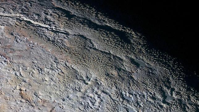 Cráteres, colinas, hoyos de sublimación y acumulaciones de hielo. La meteorología y la geología de Plutón parecen ser muy complejas