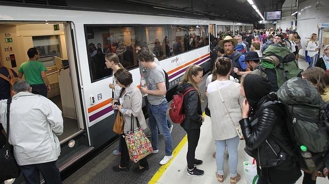 Un tren de Rodalíes (Cercanías) de Renfe en la estación barcelonesa de Sants
