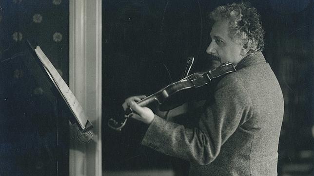 Albert Einstein tocando el violín en su casa del número 5 de Haberlandstrasse, Berlín