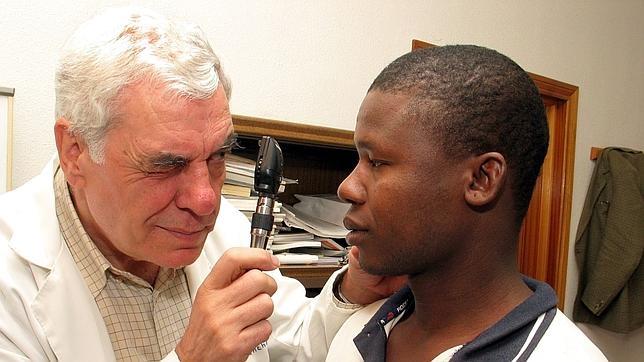 Un inmigrante es atendido en la consulta médica