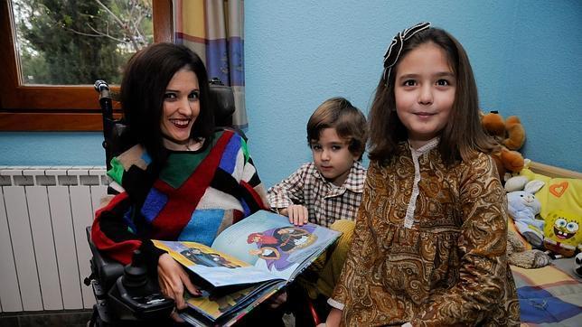 Virginia Felipe, con sus hijos en su vivienda de Villacañas