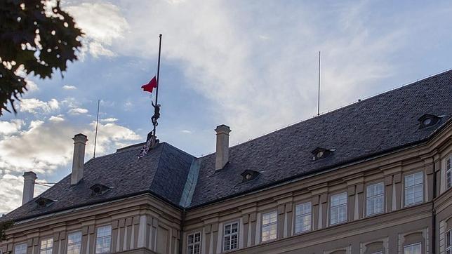 Momento en el que un miembro del grupo artístico Ztohoven se encarama al tejado del Castillo de Praga