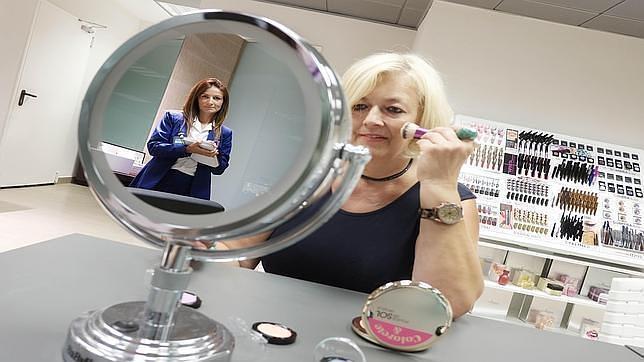 Imagen de una clienta en un centro de coinnovación de Mercadona
