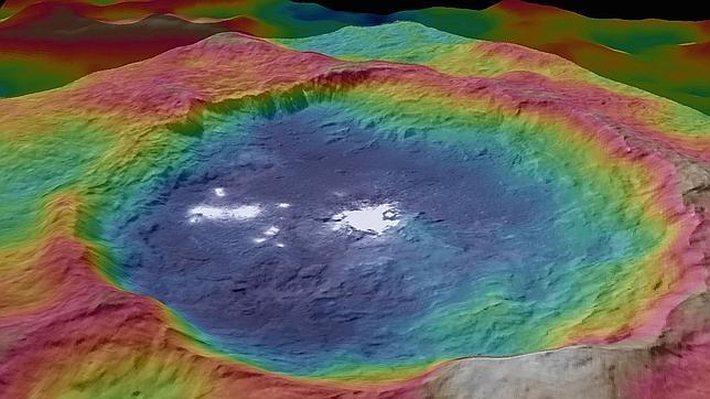 Vista detallada y en falso color del cráter Occatos y sus extrañas manchas brillantes