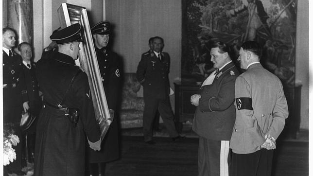 Göring y Hitler miran una obra requisada por los nazis
