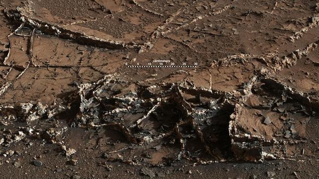 Así sería la terrorífica llegada de un astronauta a Marte Mars-rover-curiosity-mount-sharp-veins-sol929-labeled-pia19161-br2--644x362