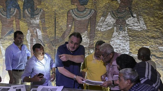 Nicholas Reeves examina junto a Mamduh al Damati y expertos del ministerio egipcio de Antigüedades la tumba de Tutankamón