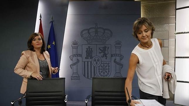 La vicepresidenta del Gobierno, Soraya Sáenz de Santamaría, y la ministra de Agricultura, Isabel García Tejerina
