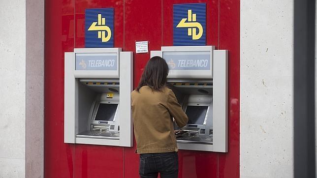 Los bancos cobrar n la comisi n del cajero al emisor de la for Cajeros barcelona