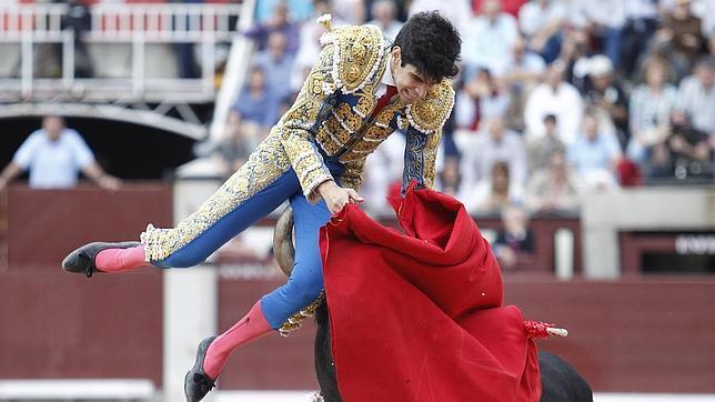 El pitón del primer toro se introduce en la cara posterior del muslo izquierdo de López Simón
