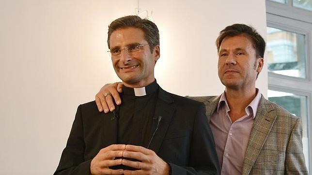 El sacerdote Krysztof Charamsa ofreció este sábado una rueda de prensa junto Edouard, su pareja