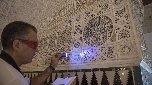 El jefe del taller de restauración de yesos y cerámicas de la Alhambra y Generalife, Ramón Rubio, experto mundial en yeserías, realiza su labor en los Palacios de la Alhambra con un nuevo mortero para restauración con propiedades fluorescentes