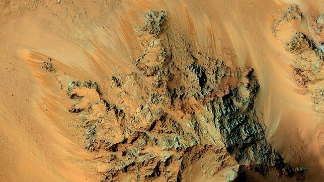 Cauces conocidos como surcos lineales (RSL), supuestamente formados por agua líquida en Marte