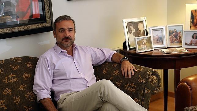 Javier Fitz-James Stuart de Soto en la madrileña oficina de la Fortaleza de Belmonte. Su despacho está repleto de imágenes de sus tres hijos: Mencía, Sol y Álvaro