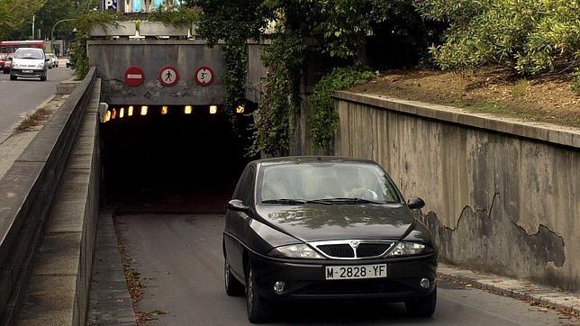 Una persona sale de un parking con su vehículo